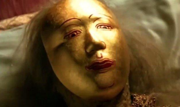 การถวายหน้ากากทองคำ หักพระสาง ในพิธีสรงน้ำพระบรมศพ