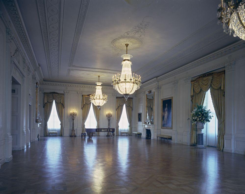 East Room ที่อาจดูเรียบเกินไปสำหรับสตรีหมายเลข 1 คนใหม่ (ภาพจาก https://archive1.jfklibrary.org)