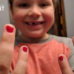 เด็กชายแซม กับเล็บสีแดง เพราะมันสวยดี